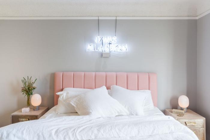 idée de déco chambre parentale aux murs gris clair et plafond blanc aménagée avec meubles de bois clair et lit rose