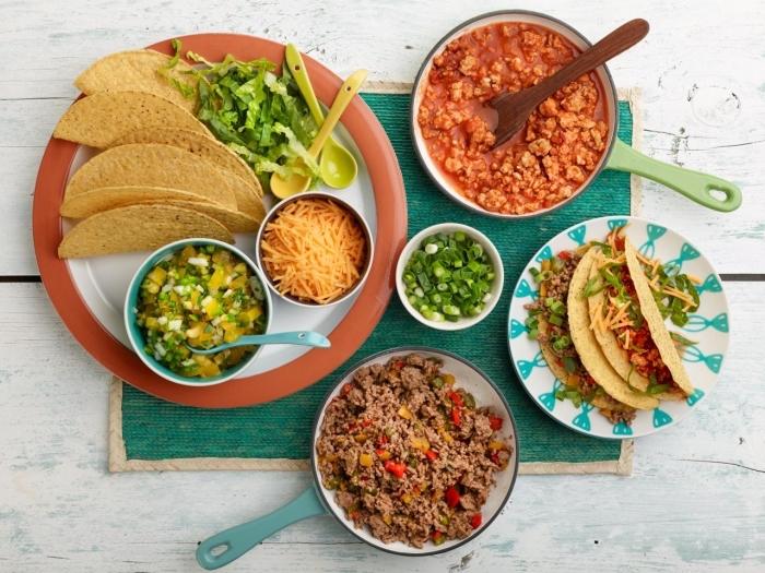 repas du soir entre amis de la cuisine mexicaine avec enchilladas à la sauce tomate et viande hachée avec oignons verts