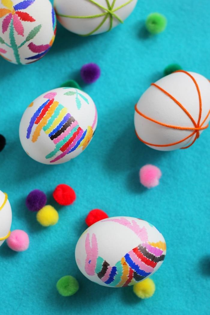 oeuf paques réalisés par enfants avec dessins en marqueurs colorés, oeufs à coquille blanche aux dessin coloré