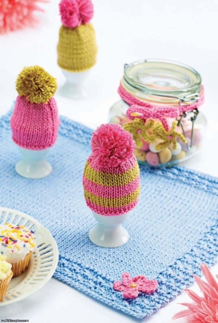 decoration paques facile, arrangement de table en couleurs vives avec oeufs habillés en bonnet de crochet avec pompon