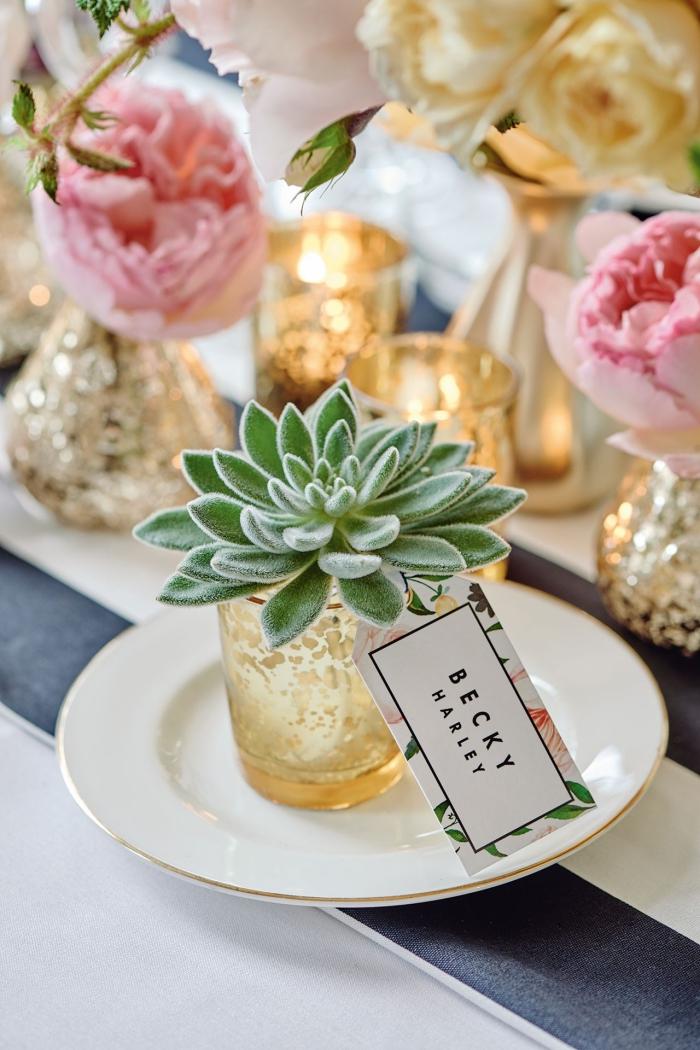 modèle de terrarium DIY dans une petite verre à design doré, deco table mariage avec bougies en or et roses rose