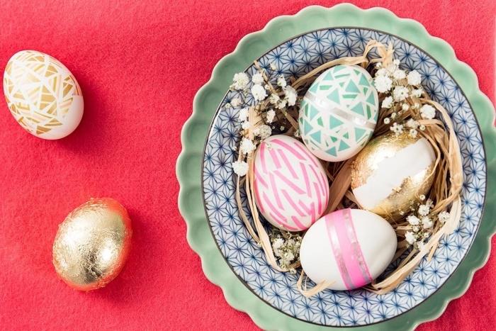 idée pour oeuf de paque à coquille blanche décoré à motifs géométriques de nuances rose et vert pastel, oeufs blanc et or