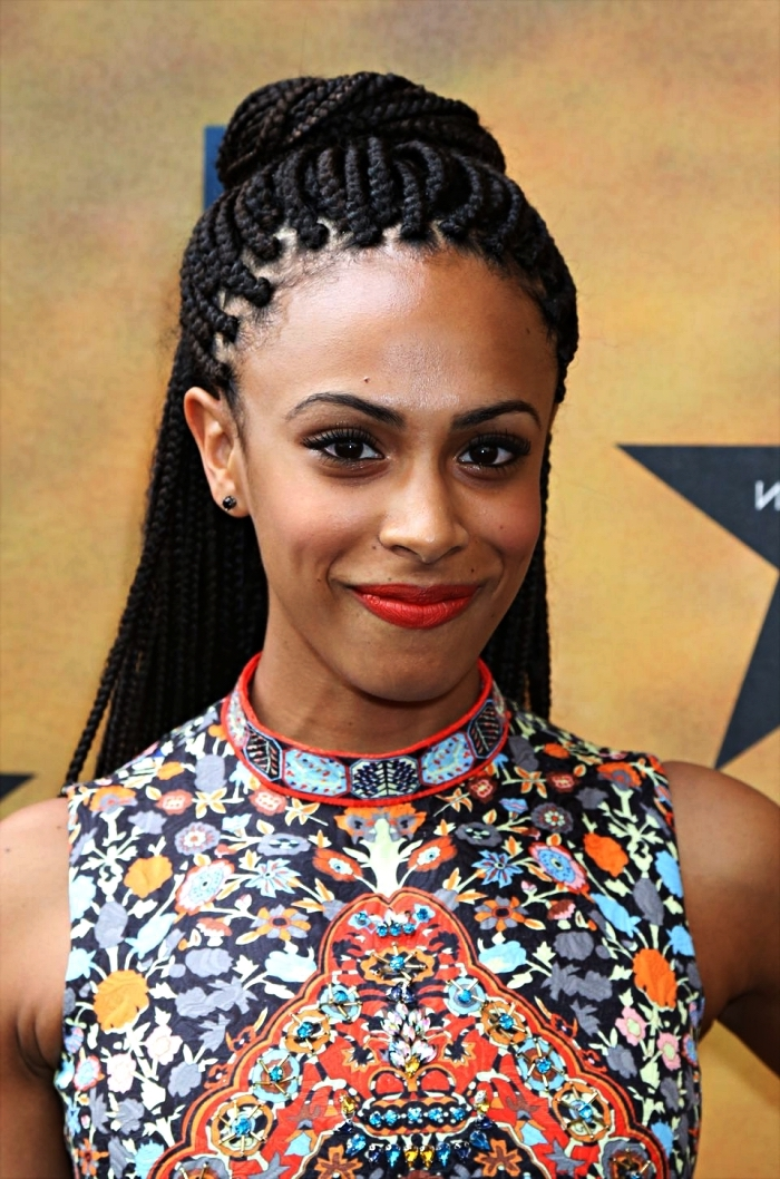 coiffure afro cheveux naturels avec tresses africaines et demi-chignon, coiffure avec tresses africaines