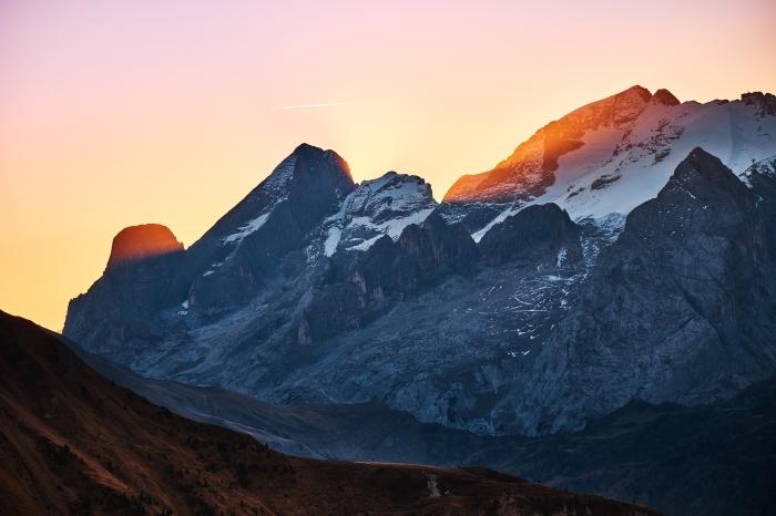 fond d écran paysage au lever du soleil, photo de ciel rose et orange au-dessus des montagnes enneigées