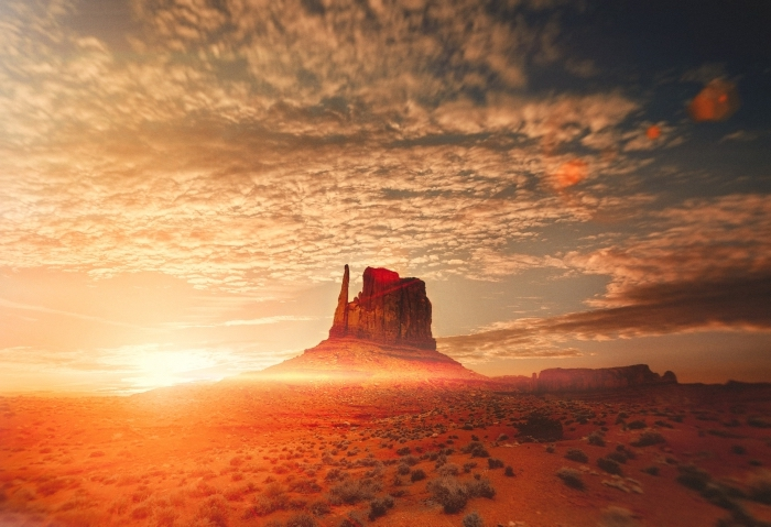 lever de soleil pour wallpaper fond d écran naturel, ciel bleu aux nuages blanches avec rayons du soleil au-dessus de désert