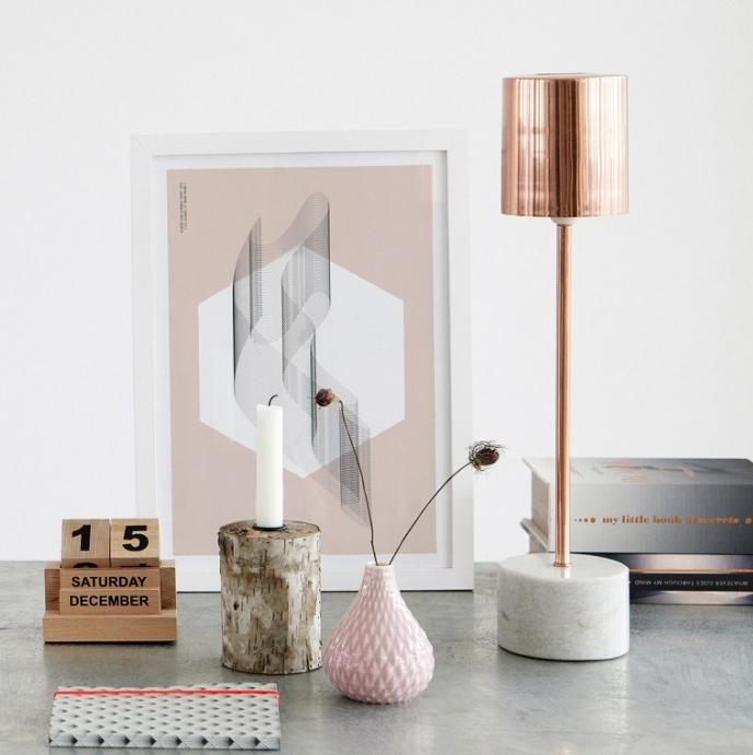 déco de bureau gris avec cadre photo blanc à imprimé rose et vase à design origami rose pale, modèle de lampe bureau cuivré avec support design béton