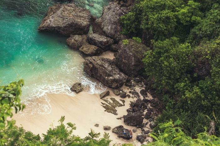 modèle de fond ecran ordinateur avec paysage océanique, sable doré et eau turquoise avec jungles vertes et rochers