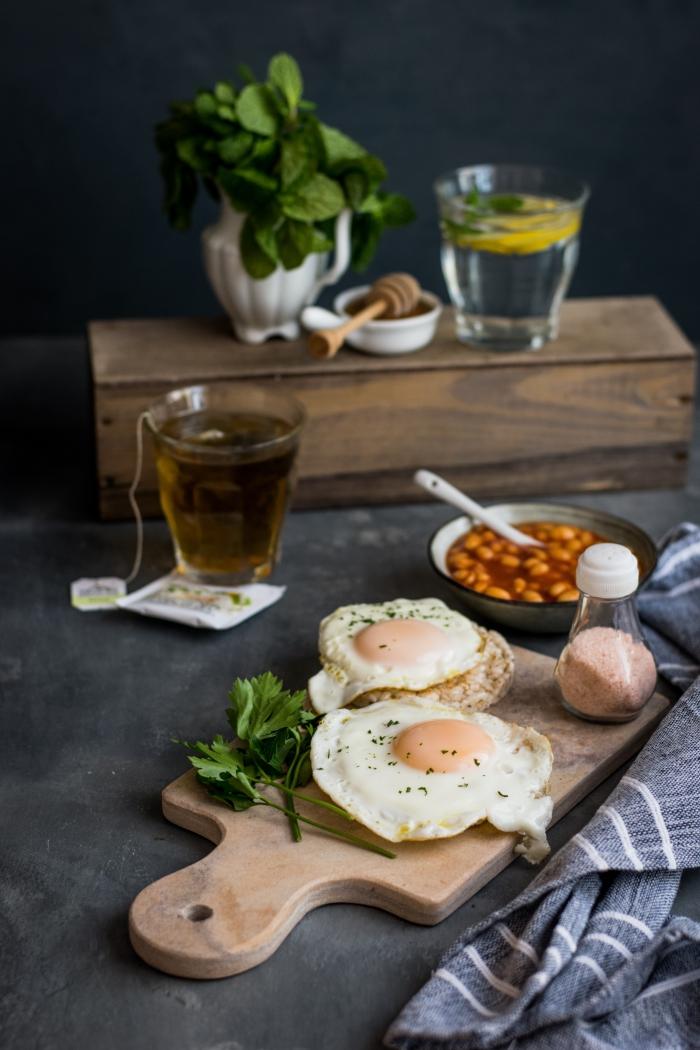 recette facile pour le soir avec sandwich aux oeufs et herbes vertes avec garniture des haricots blancs à la sauce tomate