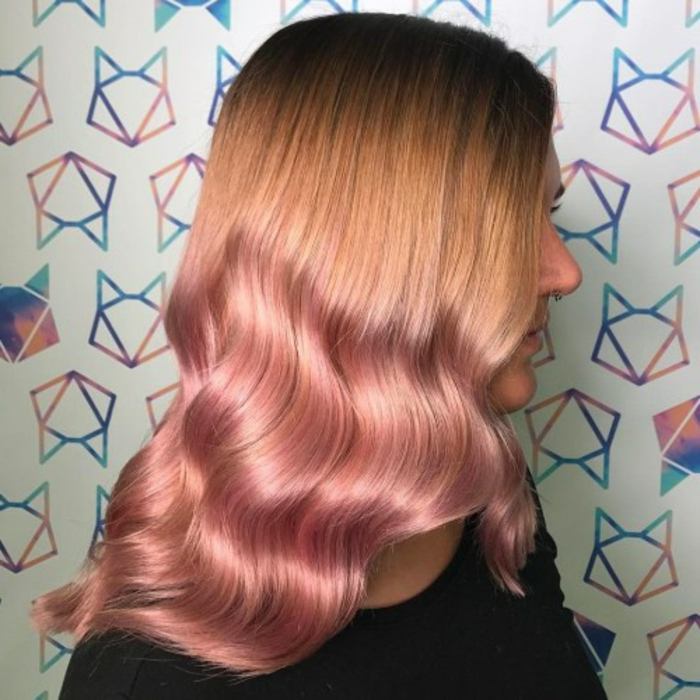 ombrage cheveux pastel de blond au rose, jolies ondulations des cheveux