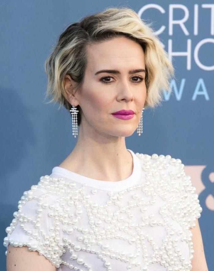 femme élégante avec un ombrage des cheveux, ombré blond avec un contraste souligné, ombré hair cheveux court