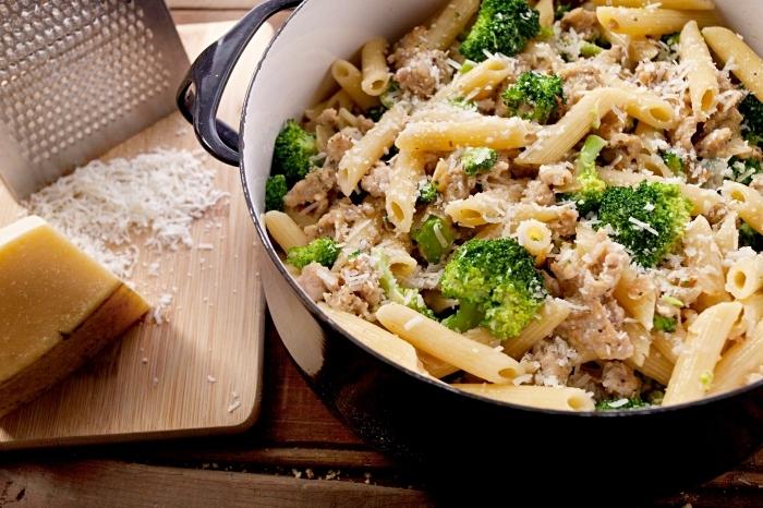 idee repas soir à style italien, pasta au poulet parmesan et brocolli, quel plat préparer dans une casserole pour un diner entre amis