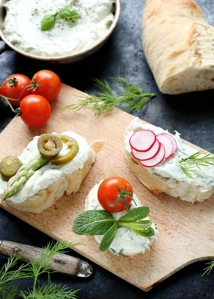 une idée pour un repas du soir léger, repas dietetique avec fromage Philadelphia, des légumes frais, pain batard de campagne, tomates rouges