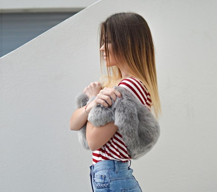 vision chic en jeans taille haute combinés avec t-shirt rayé blanc et rouge et gilet faux fur gris, cheveux longs raids de couleur ombré