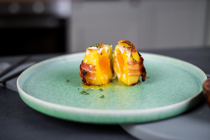 photo d idée repas midi, pomme de terre farcie au fromage cheddar et oeuf avec du thym frais en top