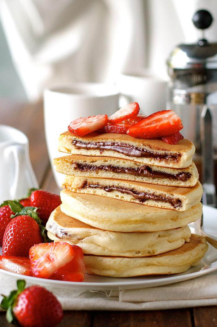recette nutella classique de pancakes à l'américaine fourrés au chocolat nutella et aux fraies