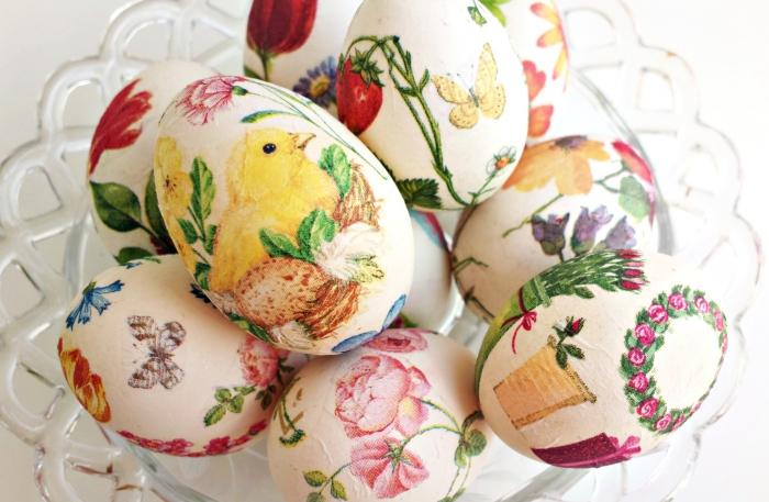 exemple de decoration oeuf de paques avec la technique découpage de serviette à design poulet de paques et fleurs