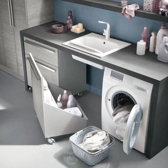rangement cellier aux murs bleus avec meubles de bois gris et noir, meubles moderne avec poignées métalliques