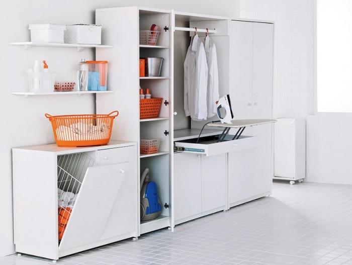 pièce claire et propre aux murs et plancher blanc aménagée avec placard de rangement buanderie et objets décoratifs