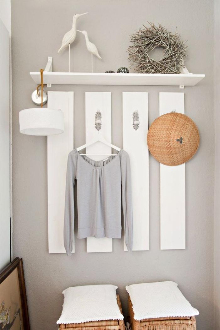 accessoires pour idée déco entrée maison, exemple de porte-manteau mural de bois peint en blanc et tabourets de ratan