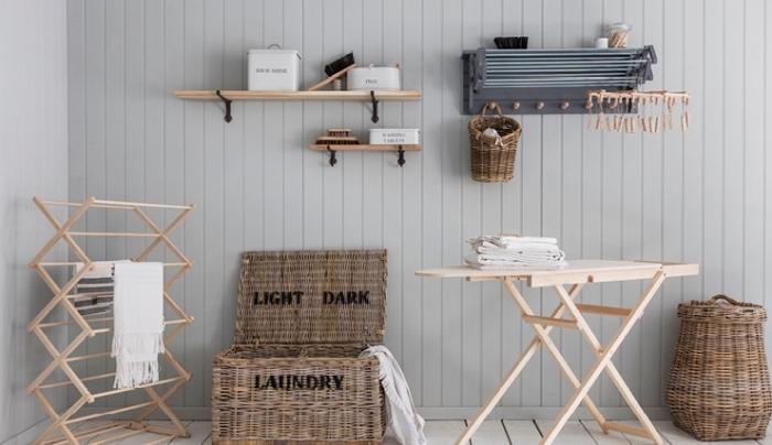 design intérieur de style rustique avec meubles et rangements de bois clair et panier en fibre végétal pour vêtement et linge