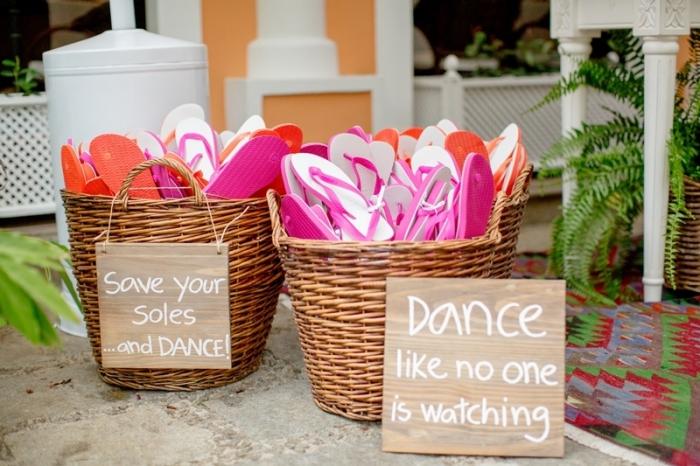 panier en paille avec tons de couleurs rose et oranges à offrir aux invités d'un mariage au bord de la mer