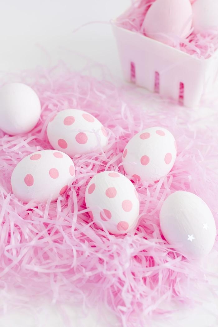 deco table paques en blanc et rose, noeud de paques avec bandes de papier rose et oeufs blancs à dots rose pale