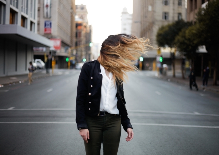 comment bien s'habiller en noir et blanc femme stylée, pantalon de nuance kaki foncé avec ceinture cuir noir et chemise blanche, balayage ombré blond avec racines marron