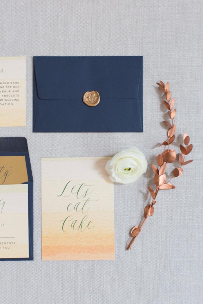 faire part élégant de motif en dégradé de couleurs accompagné d'une typographie manuscrite et d'une enveloppe cachetée