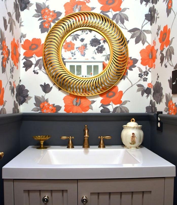 modele de salle de bain petite surface avec mur gris anthracite et papier peint à imprimé floral, meuble sous vasque gris