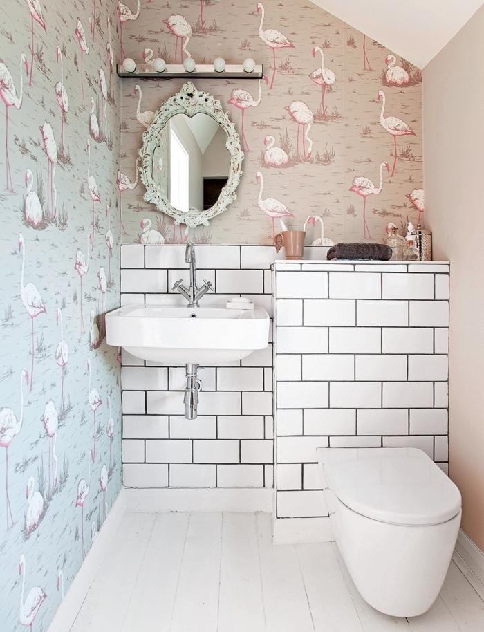 aménagement de salle de bain avec évier et cuvette blancs, déco salle de bain en style tropical avec papier peint résistant à l'eau