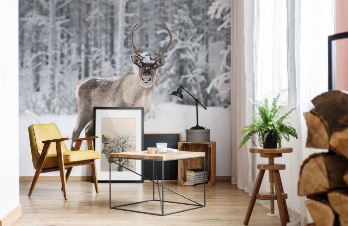 déco nordique dans un petit salon au parquet de bois et mur en papier peint design animal, meubles de bois clair