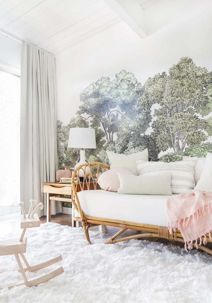 déco de chambre à coucher avec banc en bois et coussins décoratifs, aménagement sous combles aux murs blancs