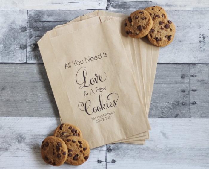 cadeau mariage invité avec produits délicieux, pochette en papier recyclé avec étiquette personnalisée et cookies en chocolat