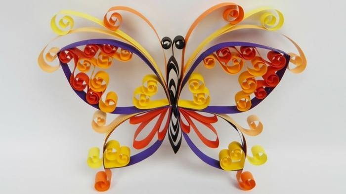 pliage de papier original, papillon multicolore aux couleurs de l'arc en ciel