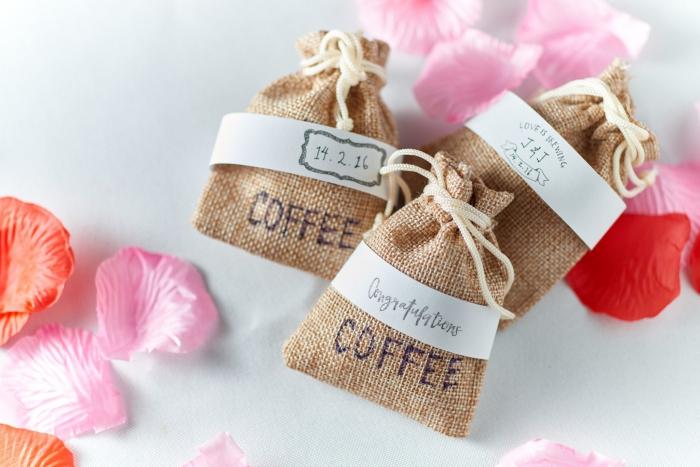idée cadeau mariage avec pochettes de tissu beige remplies de graines de café avec étiquette en papier blanc