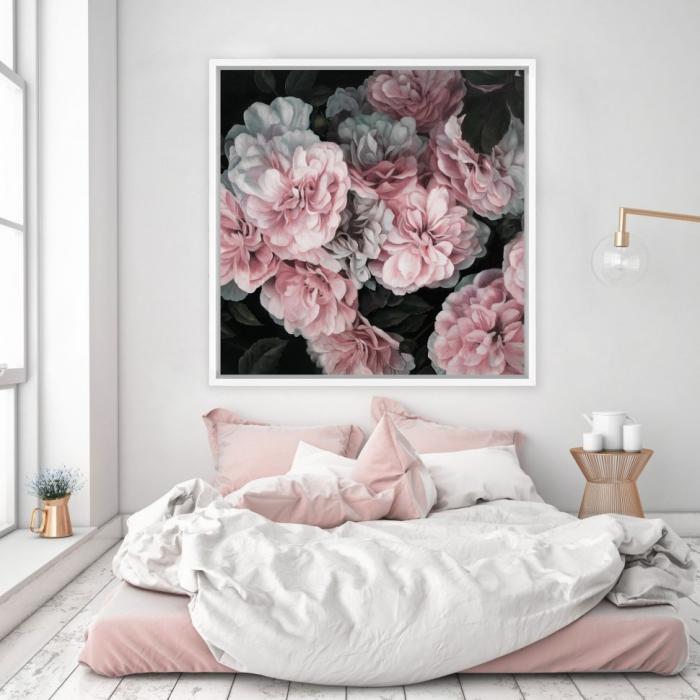 modèle de chambre gris et blanc avec grande fenêtre, modèle de lit couvert de linge rose poudré et blanc, lampe sur pied et vase cuivrés