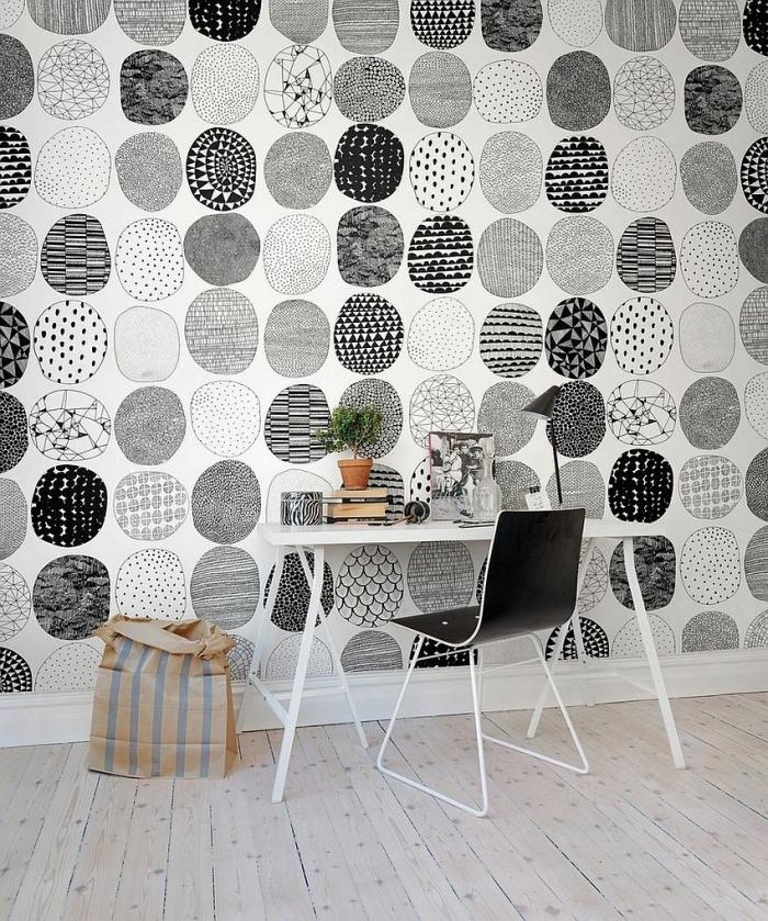 exemple de papier peint blanc et noir sur les murs dans une pièce claire au plancher de bois aménagée avec meubles blanc et noir