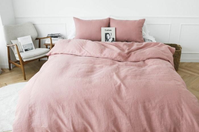 idée déco chambre femme aux murs blancs et parquet de bois avec grand lit et chaise de bois à housse gris clair