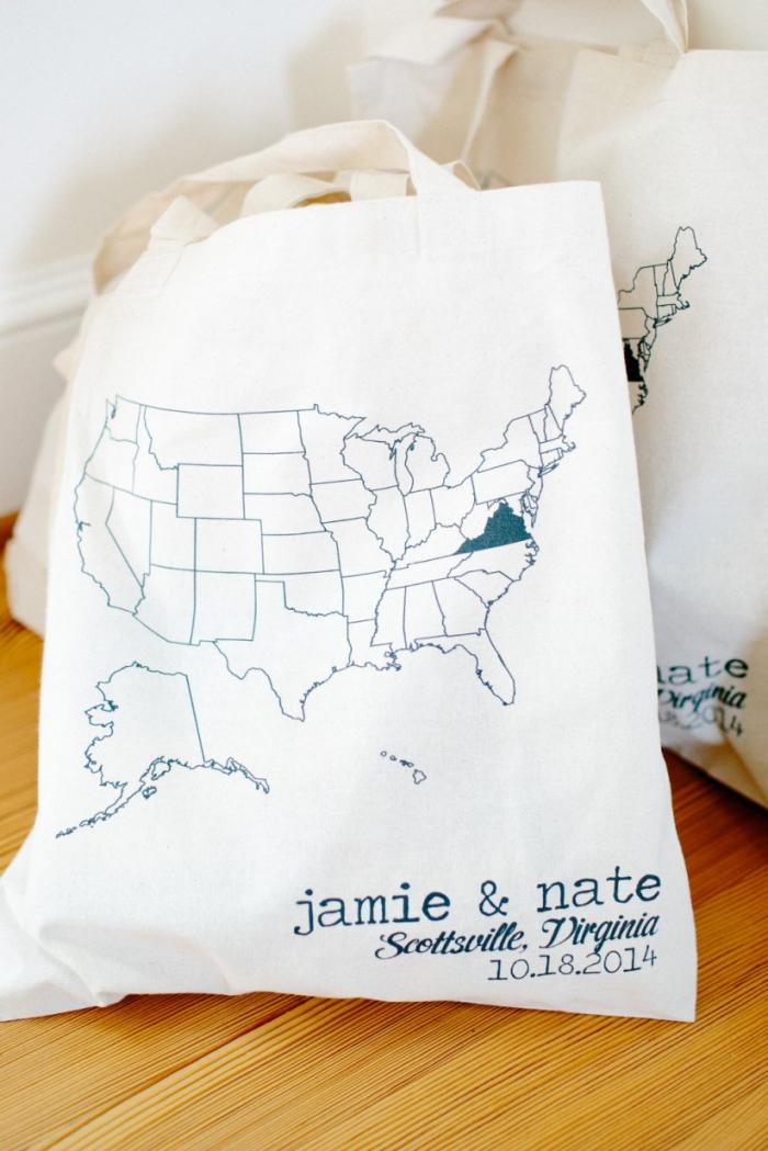 cadeau invité marriage pratique, modèle de sac en tissu blanc avec dessin contours carte de monde et noms gravés
