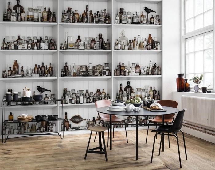 intérieur vintage avec papier peint cuisine à design étagères murales avec bouteilles et bocaux, déco en blanc et bois