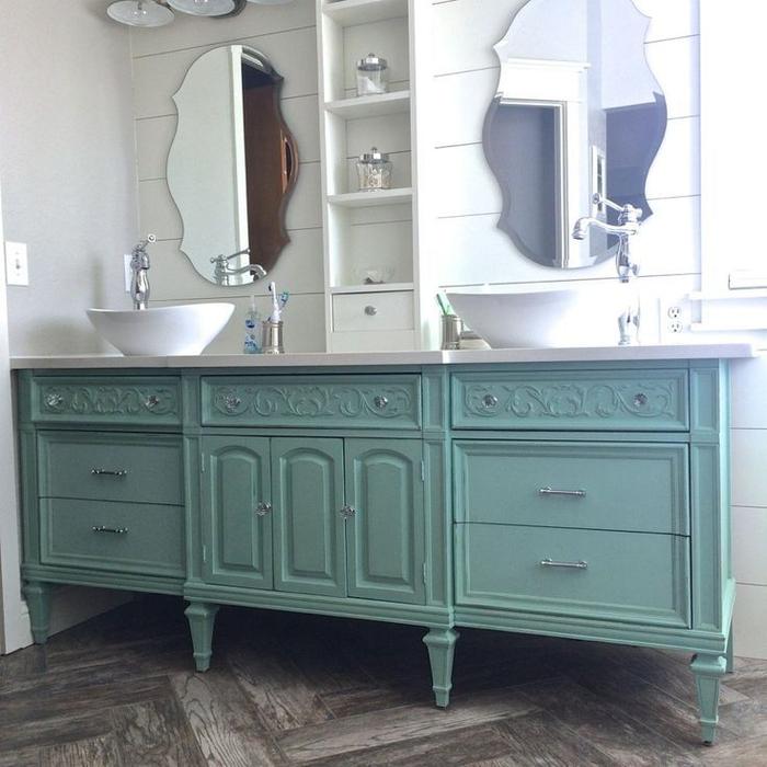 idee deco salle de bain qui mixe le style vintage et le design contemporaine, un meuble double vasque d'esprit récup à nombreux tiroirs