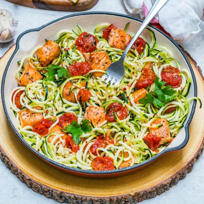 une recette legere pour un repas dietetique, des spaghettis a la chinoise avec des légumes, carottes et tomates, légèreté et bon gout