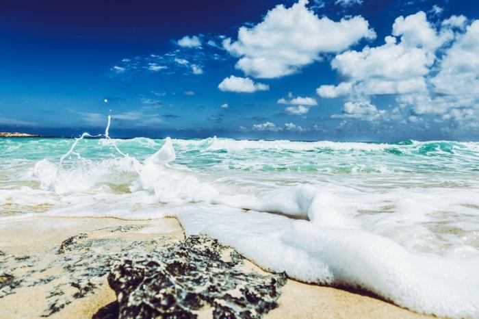 des ondes mousseuses, plage au sable fin, ciel bleu aux nuages blancs, fond ecran paysage, lieu paradisiaque, paysage paradisiaque