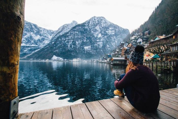 lieu paradisiaque, jolie paysage, montagnes enneigées, fille assise au bord d'un lac de montagne en hiver, fond ecran paysage