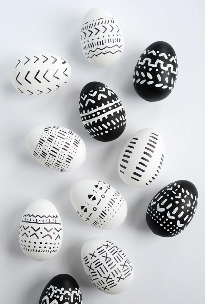 exemple de deco de paques en blanc et noir, modèles d'oeufs colorés aux motifs géométriques et ethniques de nuances blanc et noir