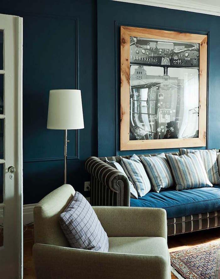 déco salon retro avec peinture bleu pétrole, séjour cosy avec murs bleu paon