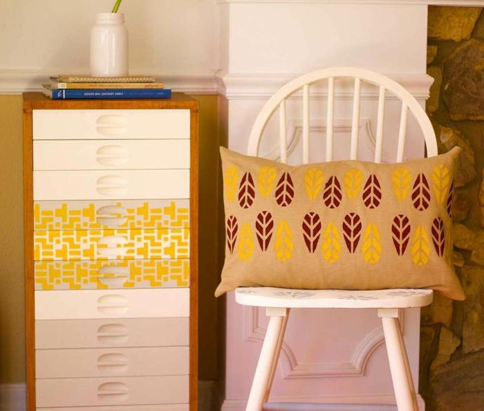 comment avoir une peinture bois joyeuse, chaise peinte blanche avec coussin déco