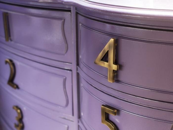 retaper un meuble en bois, commode lilas, finition lisse et veloutée