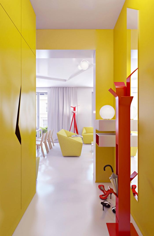 comment intégrer les couleurs vibrantes dans la déco moderne, exemple d'aménagement du couloir en jaune et rouge