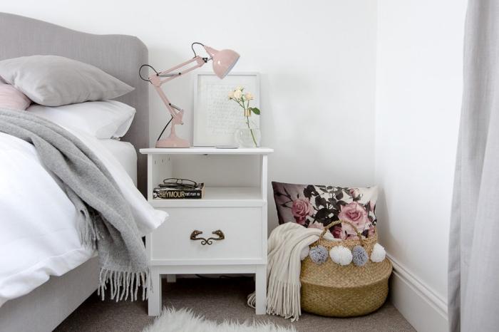 chambre rose et gris parentale avec modèle de lit gris, table de chevet blanche à poignée métallique avec lampe de chevet rose pale